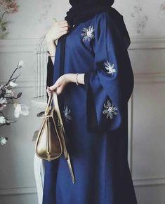 Hijab Fashion Selection of over 100 looks in trendy and chic Abaya Arab Fashion, Islamic Fashion, Muslim Fashion, Modest Fashion, Fashion Outfits, Fashion 2017, Abaya Designs, Abaya Style, Abaya Chic