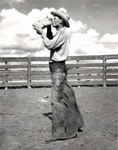 Bell Ranch Cowboy bebiendo de un bidón