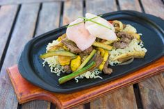 Beef, chicken or prawn sizzler with colorful prawn crackers. #SefapaneMagic