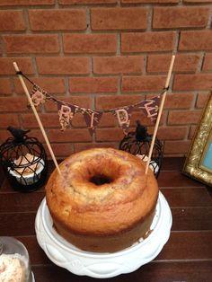 Detalhe Bolo com bandeirinha, mesa de doces para Chá de Cozinha nas cores azul, rosa, branco e bege