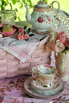 Paint my picnic basket pink and store my tea set in it. Vintage China, Vintage Tea, Vintage Picnic, Vintage Party, Coffee Time, Tea Time, Café Chocolate, My Cup Of Tea, High Tea