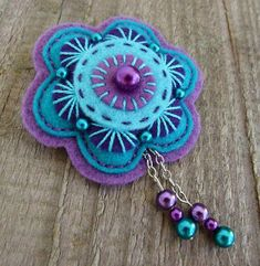 love the colour combination in this felt brooch. More Más Felt Diy, Felt Crafts, Fabric Crafts, Sewing Crafts, Felt Embroidery, Felt Applique, Felt Flowers, Fabric Flowers, Felt Christmas Ornaments