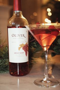 Sweet Oliver wine + vodka is an instant cocktail for holiday nights. Alcoholic Cocktails, Wine Cocktails, Cocktail Drinks, Cocktail Ideas, Refreshing Drinks, Summer Drinks, Party Drinks, Fun Drinks, Drinks Alcohol Recipes