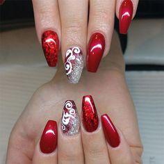 nageldesign glitzer lange winternägel selber machen rote farbe im winter schöne nageldesign fingernägel rot weiß und silberne glitzerdeko