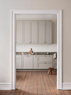The Scandinavian Shaker Kitchen by Nordiska Kök (The Design Chaser) Nordic Kitchen, Scandinavian Kitchen, New Kitchen, Kitchen Ideas, Design Blog, Küchen Design, Beautiful Kitchens, Cool Kitchens, Bedroom Vintage