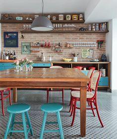 tijolinho + cores + mesa de madeira