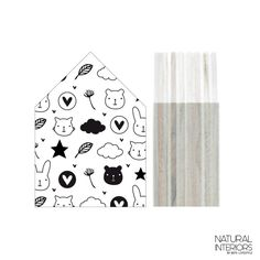 Lesena hišica z otroško poslikavo - Lesena hišica s črno belo otroško poslikavo je odlična dekoracija za okrasitev otroške sobe. Odlično se poda tudi skupaj z ostalimi izdelki iz kategorije Otroška soba.Izdelek je narejen ročno na Nizozemskem.Velikost S:90 x 65 x 36 mm.
