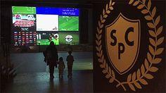 Soccer Party Club : installation interactive et vidéoludique - Ici tout le monde joue et contribue au déploiement d'un terrain de foot virtuel géant, produit par la réactivation à l'échelle de la Grande halle de La Villette de jeux vidéo mythiques oubliés. Kick O