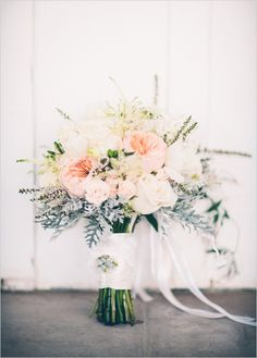 peach and white bouquet @weddingchicks