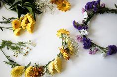 Wie macht man einen Blumenkranz selber? Die ganze Anleitung unter http://magazin.sofatutor.com/schueler/2015/06/18/diy-blumenkranz-selbst-basteln-so-gehts/