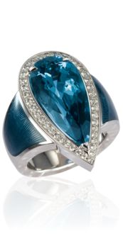 Opulent ring in drop form, 18 kt white gold with an aquamarine Mozambique from 9 ct and diamonds, hand-engraved and enamelled
