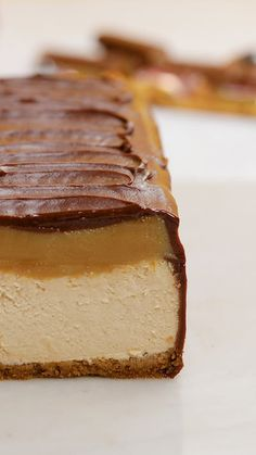 Giant Twix Cheesecake from Tastemade Torta Twix, Twix Cake, Twix Cheesecake Recipe, Twix Recipe, Easy Cake Recipes, Dessert Recipes, Elegante Desserts, Delicious Desserts, Yummy Food