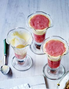 Rhubarb and custard jellies (gluten-free). It doesn't matter what anyone says: you can't beat a classic pudding. Light and fruity for the end of an Easter feast!
