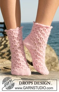 Cute—'Alpaca' knitted socks with a lace pattern—these socks with the  decorative cuff would be cool under boots if taller—DROPS Design❣ (free pattern)