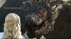Game Of Thrones - TV Série - books (livros) - A Song of Ice and Fire (As Crônicas de Gelo e Fogo) - blond hair (cabelo loiro) - House Targaryen - family (família) - Daenerys Targaryen (Emilia Clarke) - Mother of Dragons (Mãe dos Dragões) - Mhysa - Queen (rainha) - Khaleesi - braid (trança) - dress - vestido - white - branco - dragon (dragão) - Drogon