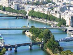 Photo aérienne de Paris - Un Pont pour le métro parisien et le Pont de Grenelle avec la Statue de la Liberté puis le Pont Mirabeau.