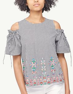 Embroidered top with cut-out shoulders - Tops Cute Fashion, Kids Fashion, Fashion Outfits, Fashion Ideas, Blouse Styles, Blouse Designs, Blouse And Skirt, Linen Dresses, Refashion