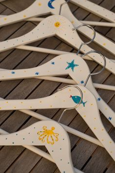Percha de madera pintada a mano con corazón / La Casa de La Playa - Artesanio Wooden Coat Hangers, Plastic Bag Holders, Wood Glass, Fabric Scraps, Clothes Hanger, Baby Gifts, Decoupage, Craft Projects, Diy Crafts