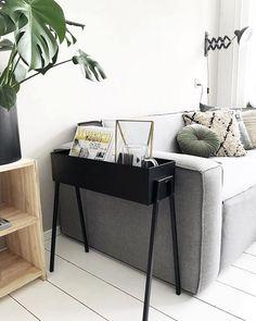 Foto van @rwnw Hoe gaaf is deze metalen plantenbak (58 x 18 x 62 cm) op pootjes? Deze leukerd is voor slechts 24 te koop bij Kwantum. Ook verkrijgbaar in het grijs en groen. Het is dat ik al zo'n mooie plantenbak heb anders had ik het wel geweten! Directe link weer via mijn Instastories. Home Living Room, Interior Design Living Room, Living Room Decor, Living Spaces, Living Room Inspiration, Interiores Design, Home Furniture, Ikea, Home Fashion