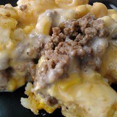 White Trash Casserole: ground beef, corn, velvetta and tater tots. For our white trash night Dobry ; Tater Tots, I Love Food, Good Food, Yummy Food, Beef Dishes, Food Dishes, Main Dishes, Hamburger Dishes, Le Cassoulet
