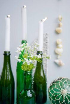 Flaschen als Kerzenhalter (Bild: Mauritius Images) Candles, Mauritius, Deco, Vintage Bottles, Empty Bottles, Decorating Jars, Decorate Bottles, Colored Vases, Vase Ideas