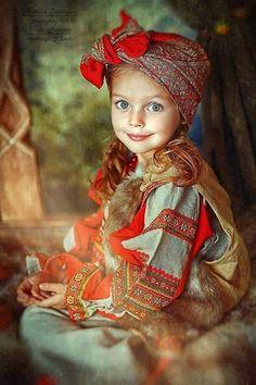 Дівчинка в українському національному одязі (діти, українське)