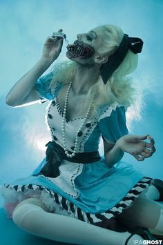 Alice in Zombieland: The tea party set up. Alice in Zombieland inspiration. a completely different view of Alice in her fantasy Halloween Outfits, Halloween Inspo, Halloween 2016, Halloween Cosplay, Scary Halloween, Halloween Makeup, Cosplay Costumes, Halloween Costumes, Alice Halloween