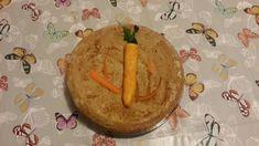 Torta di carote vegana con decorazione di pasta di mandorle.