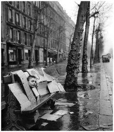 Robert Doisneau (1912 - 1994) - La maison de carton, Paris, 1957