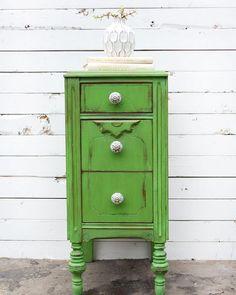 relooker un meuble: poncer, cirer et repeindre en vert pour un effet usé