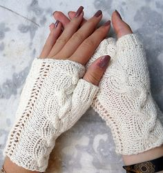 Free Knitting Pattern for Enez Arun Mitts - Fingerless mitts with a cable running up the thumb and lace on the outside. Designed by anne regourd. Knifty Knitter, Loom Knitting, Knitting Stitches, Knitting Patterns Free, Free Knitting, Crochet Gloves Pattern, Mittens Pattern, Fingerless Gloves Knitted, Knit Mittens