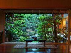 ロビーから望む日本庭園