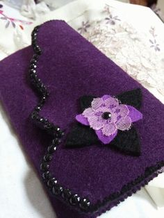 #keçe #cüzdan Crafts To Do, Felt Crafts, Arts And Crafts, Felt Phone Cases, Sewing Crafts, Sewing Projects, Macbook Bag, Sew Wallet, Felt Purse