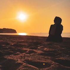 Image may contain: one or more people, ocean, sky, Tumblr Photography, People Photography, Photography Poses, Cute Photos, Girl Photos, Beautiful Hijab Girl, Niqab Fashion, Hijab Cartoon, Hijab Fashionista
