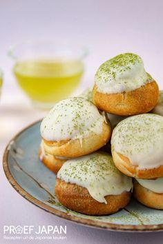 Recept: Soesjes met Japanse groene thee (matcha purofitorōru) | Proef Japan Matcha, Hamburger, Bread, Desserts, Food, Tailgate Desserts, Meal, Brot, Dessert