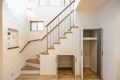 階段下の収納はたっぷり取れています。階段部分はパナソニックの踏み板を選ばれオーク柄に手摺は、ウォールナットやニッチ、見せ梁にあわせたのがポイントです。 #階段下収納 #階段 #収納 #物入れ #掃除機 #オープン階段 #アルミ製 #吹き抜け