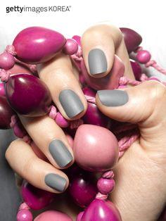 화려한 네일아트 컬렉션 Close Up of hand and beads(Photo by S Photographic Ltd)  #게티이미지코리아 #gettyimageskorea #게티이미지 #게티이미지뱅크 #gettyimagesbank  #사진 #포토그래퍼 #photo # photography #photographer #stockphoto #designer  #네일아트 # 네일 #nail #Beautification #Finger #매니큐어 #손톱 #손 #패션