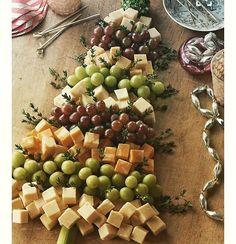 """Em tempo de Natal, queijos, frutas e ervas aromáticas para dar um charme...  O tronco da """"árvore"""" é um pedacinho de salsão.  Foto de """"realwoman.phillycanada.com""""."""