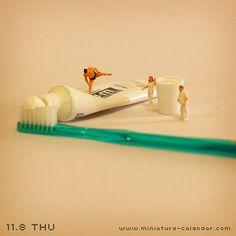 . 11.8 thu -Dentifrice- . 「今日の決まり手は、押し出し〜」 . 【本日の記念日】 いい歯の日、レントゲンの日、刃物の日、etc… #tanacalendar .