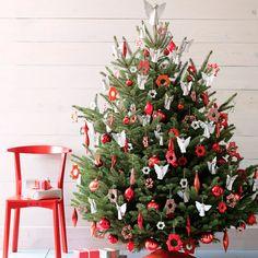 Делимся идеями, как оригинально и красиво нарядить новогоднюю ёлку. Топ-10 лучших способов украсить ёлочку — от классических до необычных и даже экстравагантных.  1. Ёлка со звёздами и ангелочками. Украсьте новогоднюю ёлку сочетанием обычных ёлочных шаров, сосулек красного цвета и звёздочками и ангелочками ручной работы. Такое убранство подойдет натуральной ёлке, которая встретит Новый год в классических и минималистических интерьерах.