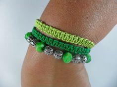 Kit Verde    O kit é composto de:  * 2 pulseiras macramê em tons de verde  * 1 pulseira de bolinhas na cor níquel e verde....