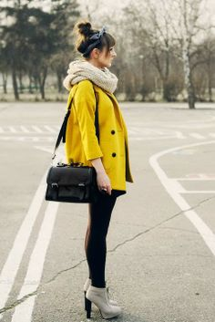 Bright coat + big scarf and matching shoes : how to be a winter stand-out. Yellow Coat, Mellow Yellow, Yellow Dress, Bright Yellow, Yellow Black, Mustard Yellow, Yellow Tights, Colour Yellow, Black Tights