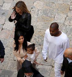 Después de pasar varios días en Armenia, Kanye West, su esposa Kim Kardashian West y su hija Norte viajaron a Israel para bautizar a la niña en el barrio armenio de Jerusalén.