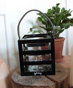 Laterne aus schwarz lackiertem Holz und elegantem Lederhenkel / innen ein Glaseinsatz / Light & Living