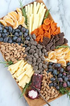 How to build a beautiful appetizer platter, filled with fruit, cheese, nuts and chocolate! This gourmet appetizer plate would be welcome at any party! Fruit platter parties food How to Build a Beautiful Appetizer Platter - Glorious Treats Gourmet Appetizers, Appetizer Plates, Appetizers For Party, Appetizer Recipes, Snack Platter, Fruit Appetizers, Fruit Snacks, Gourmet Cheese, Crudite Platter Ideas