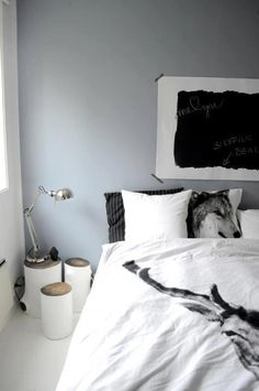 Im loving painted logs as bedside tables right now. Hadn't thought of three~ chevets et tableau