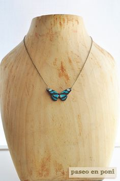 Colgante Mariposa Azul Turquesa. Impresión sobre madera.   ♥ ♥ ♥ ♥ ♥ ♥ ♥   A turquoise butterfly necklace with a design on printing wood.