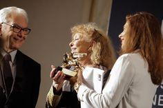 L'artista statunitense Carolee Scherman è stata premiata con il leone d'oro alla carriera per la 57esima Esposizione Internazionale d'Arte della Biennale