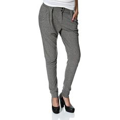 Loose pants Vero Moda with button and zip fastener. Loose fit. Width: 13.5 cm. Length: 80 cm in small size. Composition: 50% cotton and 50% polyester.