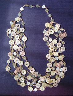 colar de botões bege - R$28.00